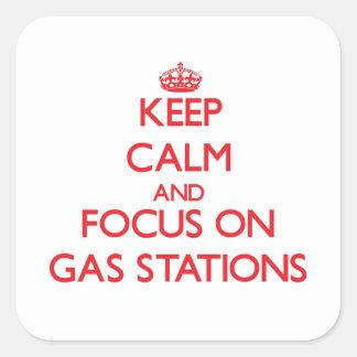 Gardez le calme et le foyer sur des stations stickers carrés