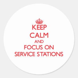 Gardez le calme et le foyer sur des stations sticker rond