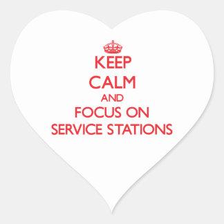 Gardez le calme et le foyer sur des stations autocollant en cœur