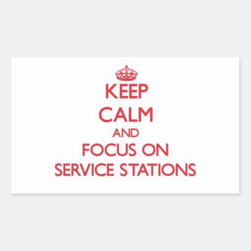 Gardez le calme et le foyer sur des stations stickers en rectangle