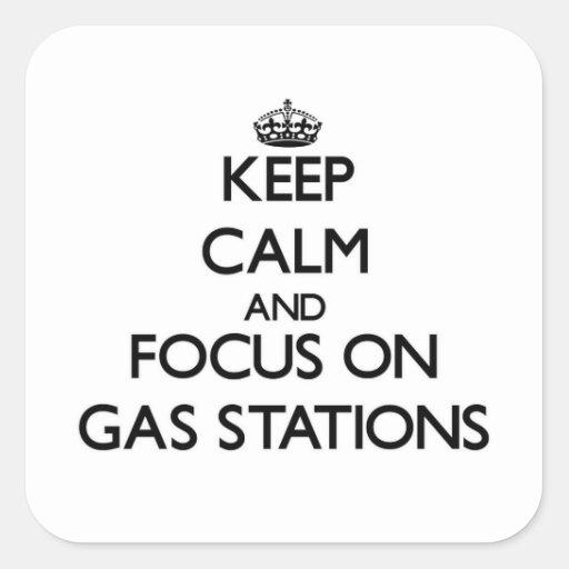Gardez le calme et le foyer sur des stations autocollant carré