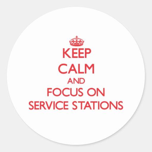 Gardez le calme et le foyer sur des stations servi autocollants ronds