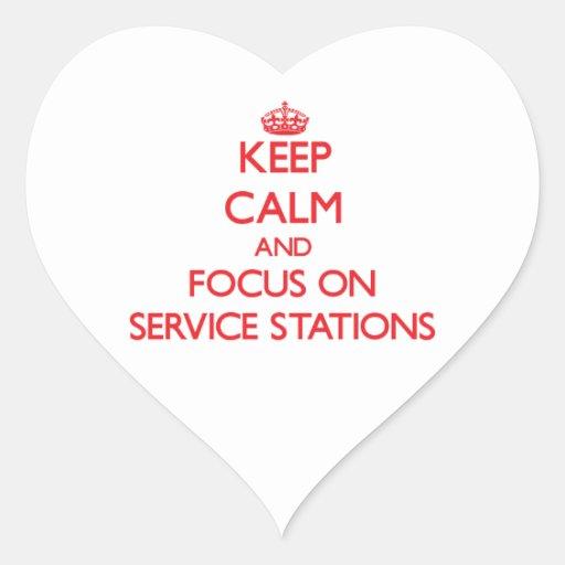 Gardez le calme et le foyer sur des stations servi autocollant en cœur