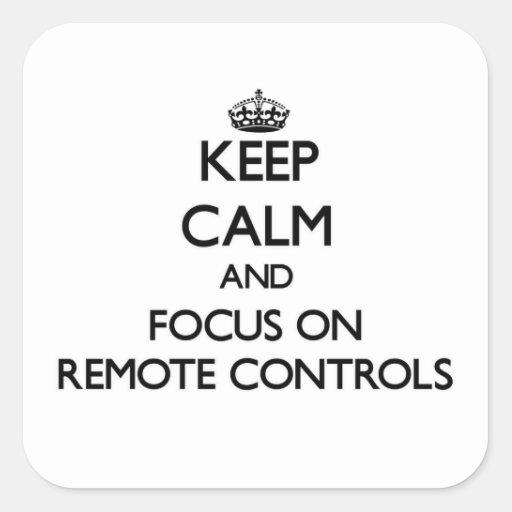 Gardez le calme et le foyer sur des télécommandes autocollants carrés