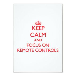 Gardez le calme et le foyer sur des télécommandes invitations personnalisables