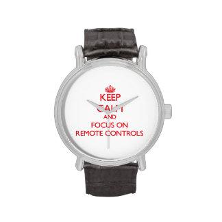 Gardez le calme et le foyer sur des télécommandes montres