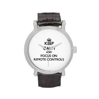 Gardez le calme et le foyer sur des télécommandes montres cadran