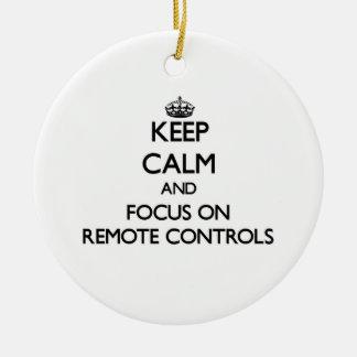 Gardez le calme et le foyer sur des télécommandes ornement de noël