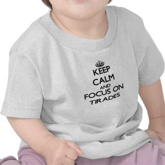 Gardez le calme et le foyer sur des tirades t-shirts