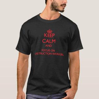 Gardez le calme et le foyer sur des travailleurs t-shirt
