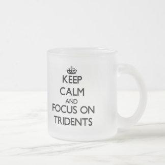Gardez le calme et le foyer sur des tridents mug en verre givré