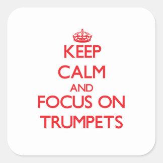 Gardez le calme et le foyer sur des trompettes sticker carré