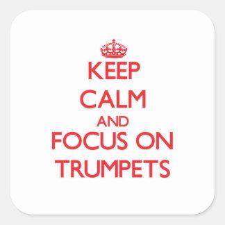 Gardez le calme et le foyer sur des trompettes adhésif