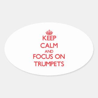 Gardez le calme et le foyer sur des trompettes stickers ovales