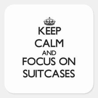 Gardez le calme et le foyer sur des valises sticker carré
