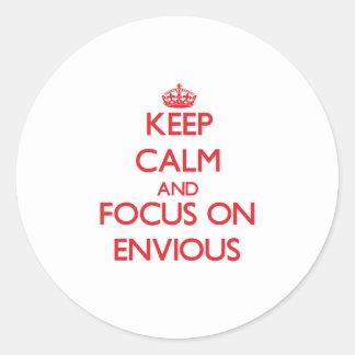 Gardez le calme et le foyer sur ENVIEUX Autocollant Rond