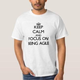 Gardez le calme et le foyer sur être agile t-shirt