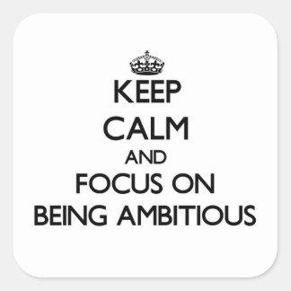 Gardez le calme et le foyer sur être ambitieux sticker carré