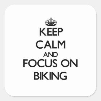 Gardez le calme et le foyer sur faire du vélo sticker carré