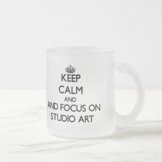Gardez le calme et le foyer sur l art de studio tasse