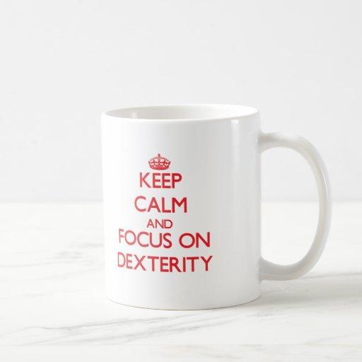 Gardez le calme et le foyer sur la dextérité tasse