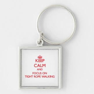 Gardez le calme et le foyer sur la marche serrée porte-clés