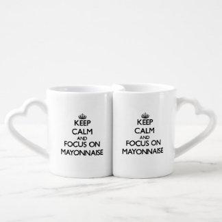 Gardez le calme et le foyer sur la mayonnaise mugs amoureux