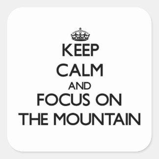 Gardez le calme et le foyer sur la montagne sticker carré