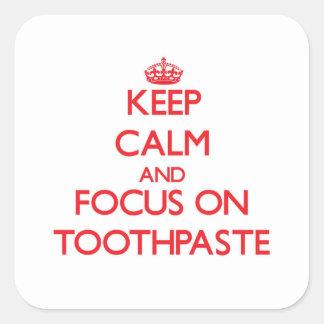 Gardez le calme et le foyer sur la pâte dentifrice sticker carré