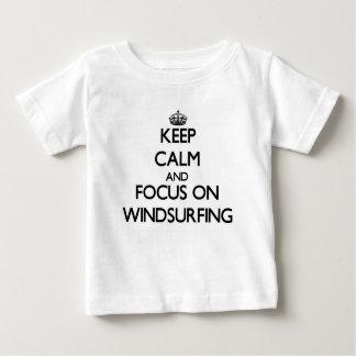 Gardez le calme et le foyer sur la planche à voile t-shirt pour bébé