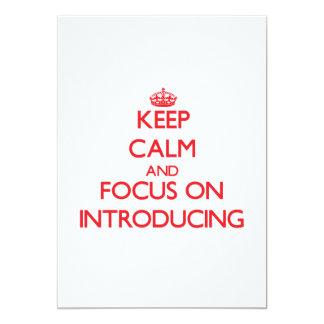 Gardez le calme et le foyer sur la présentation invitations personnalisables