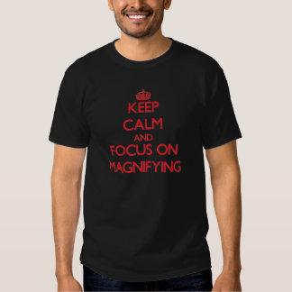 Gardez le calme et le foyer sur l'agrandissement t-shirts