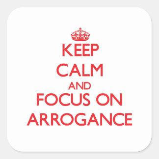 Gardez le calme et le foyer sur l'ARROGANCE Sticker Carré