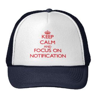 Gardez le calme et le foyer sur l'avis casquette