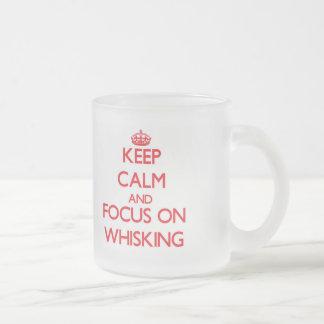 Gardez le calme et le foyer sur le battage mug en verre givré