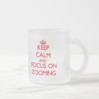 Gardez le calme et le foyer sur le bourdonnement mug en verre givré