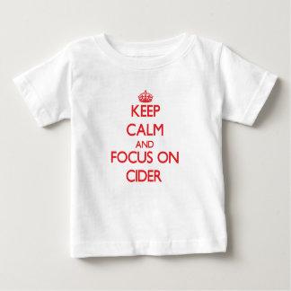 Gardez le calme et le foyer sur le cidre t-shirt pour bébé