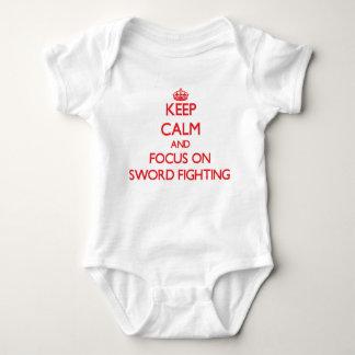 Gardez le calme et le foyer sur le combat d'épée body