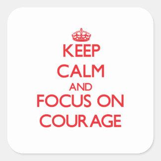 Gardez le calme et le foyer sur le courage sticker carré