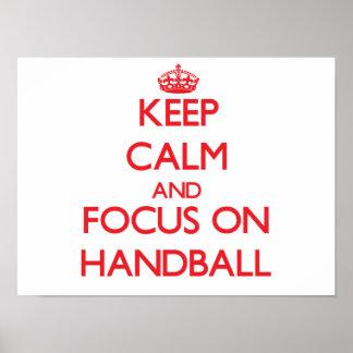 Gardez le calme et le foyer sur le handball posters
