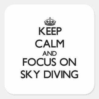 Gardez le calme et le foyer sur le parachutisme sticker carré