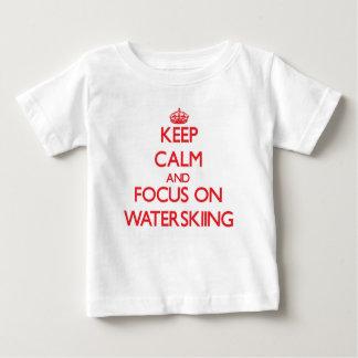 Gardez le calme et le foyer sur le ski nautique t-shirt pour bébé