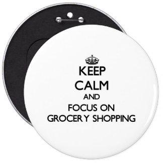 Gardez le calme et le foyer sur l'épicerie badge avec épingle