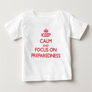 Gardez le calme et le foyer sur l'état de t-shirt pour bébé