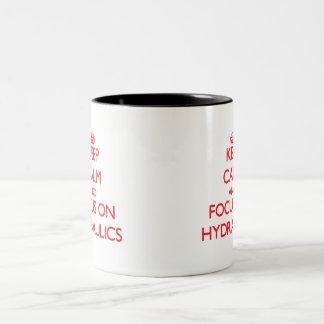 Gardez le calme et le foyer sur l'hydraulique tasse 2 couleurs
