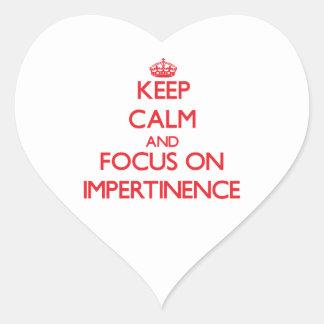 Gardez le calme et le foyer sur l'impertinence autocollant en cœur
