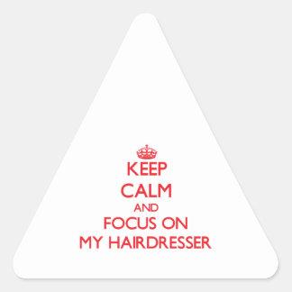 Gardez le calme et le foyer sur mon coiffeur stickers en triangle