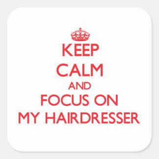 Gardez le calme et le foyer sur mon coiffeur sticker carré