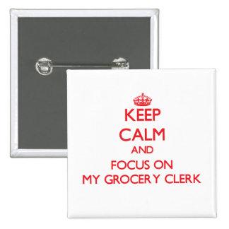 Gardez le calme et le foyer sur mon commis d'épice pin's avec agrafe