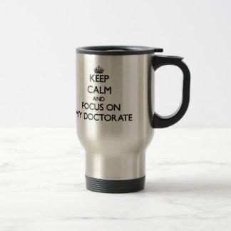 Gardez le calme et le foyer sur mon doctorat mug de voyage
